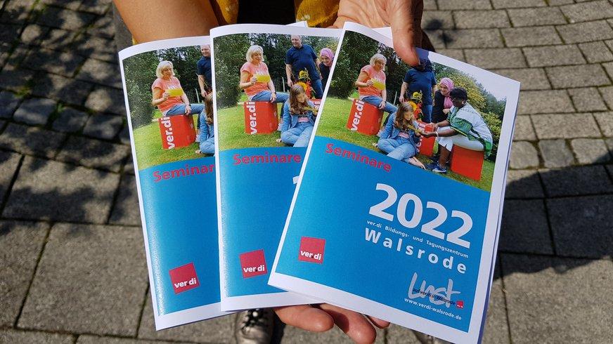 Katrin zeigt 3 Walsroder Programmhefte 2021 mit ihren Titeln